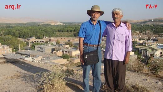 انوش راوید با یکی از اهالی